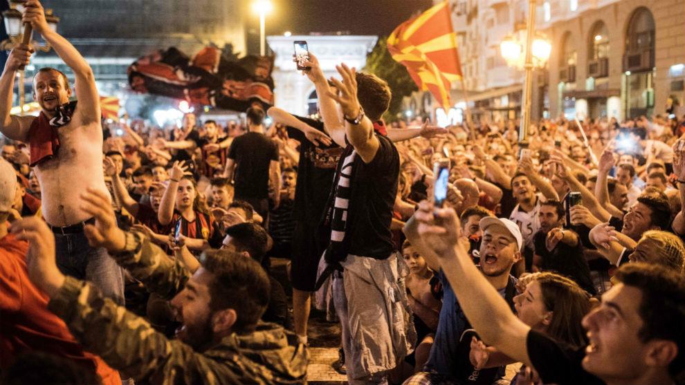 Aficionados del Vardar salieron a las calles de Skopje a festejar el...