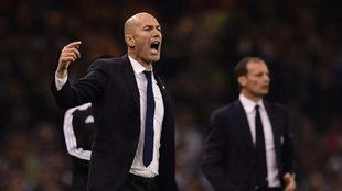 Zidane da instrucciones durante la final
