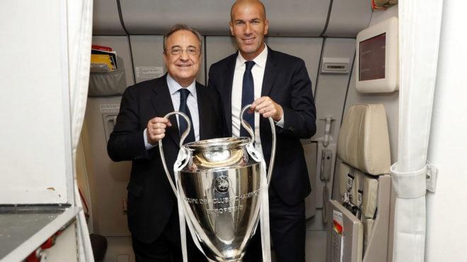 Florentino Pérez y Zidane posan con la Champions en el avión de...