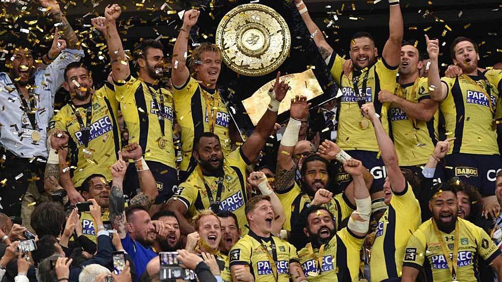 Los jugadores de Clermont Auvergne levantan el 'Escudo de Brennus'...