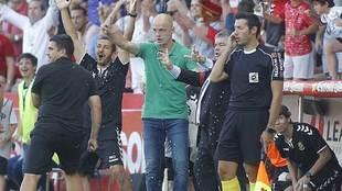 Nano Rivas dirige a sus jugadores desde la banda del Nou Estadi en su...