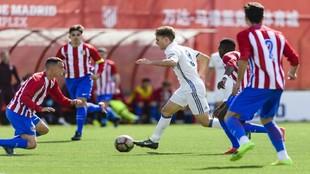 Los juveniles de Real Madrid y Atlético, durante un partido de la...