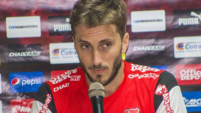 Luis Zubeldía, en una rueda de prensa con el Independiente de...