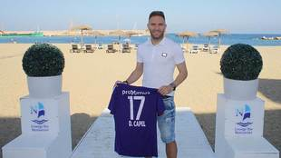 Diego Capel posa con la camiseta del Anderlecht  belga en la playa de...