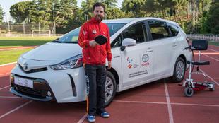 Álvaro Valera, con el Toyota Prius +