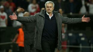 Mourinho celebrando el título de la Europa League con el Manchester...