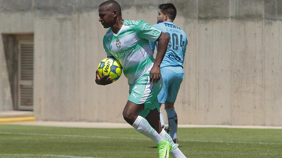 Mauricio Cuero durante un partido de la Sub 20 de Santos.