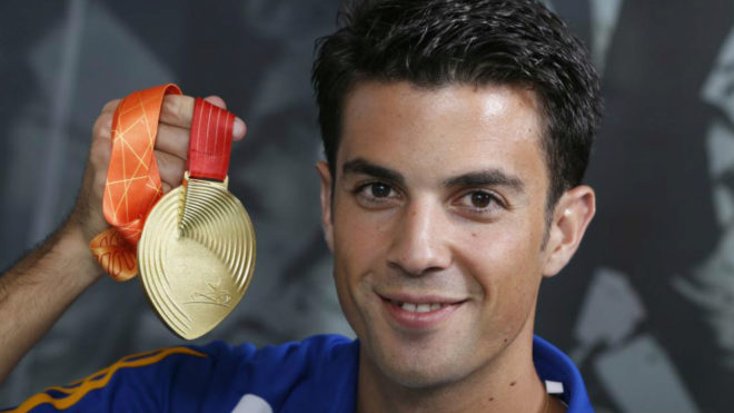 Miguel Ángel López posa con el oro ganado en Pekín.
