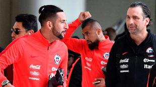 Mauricio Isla, Arturo Vidal y JUan Antonio Pizzi, a su llegada a...