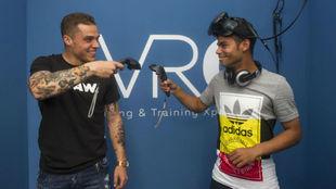 Pombo y Raí juegan en VR Center Zaragoza.