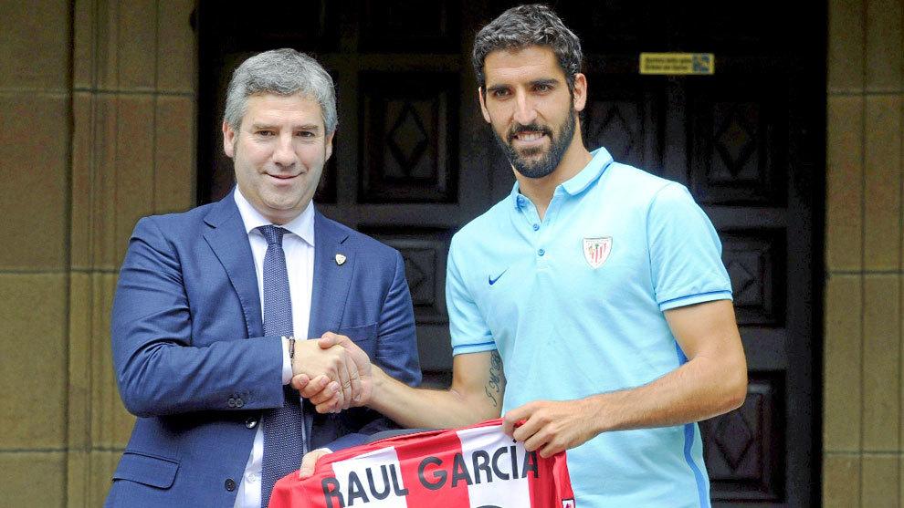 Urrutia (49) estrecha la mano de Raúl García (30) durante la...