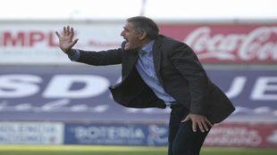 Paco Herrera dirigiendo al Valladolid
