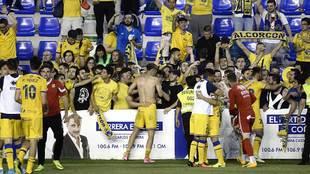 Los jugadores del Alcorcón, con el goleador Pablo Pérez a la...