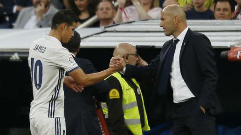 James y Zidane saludándose durante un partido del Real Madrid.