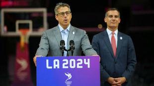 Casey Wasserman, junto al alcalde de Los Ángeles, Eric Garcetti.