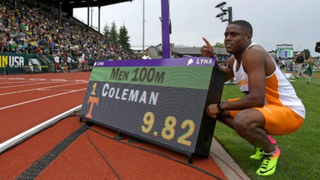 Christian Coleman posa delante de su marca.
