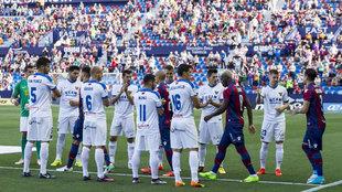 El UCAM hace el pasillo al Levante como campeón de liga.