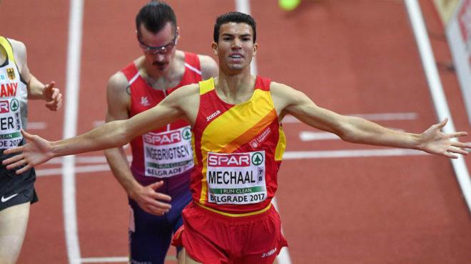 Adel Mechaal celebra su triunfo en los 3.000 metros del Europeo Indoor...