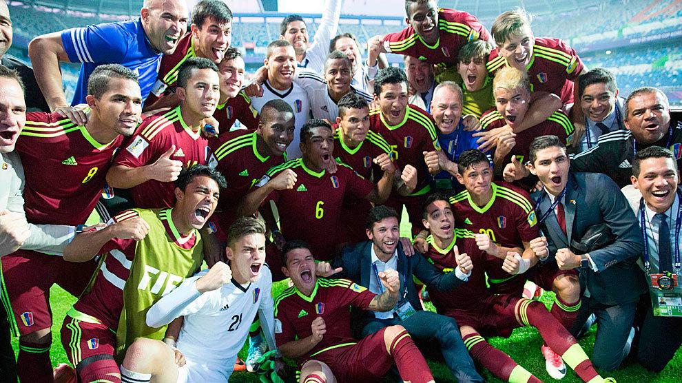 Los jugadores de Venezuela celebran el pase a la final tras ganarle a...
