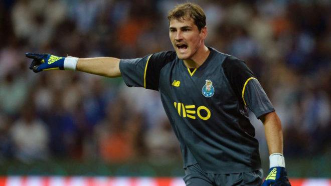 Casillas, defendiendo la portería del Oporto.