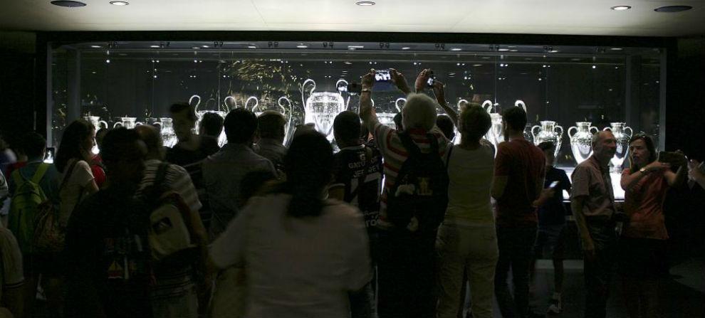 Real Madrid  Locura en el Tour del Bernabéu por la Duodécima  92b6e650ae612