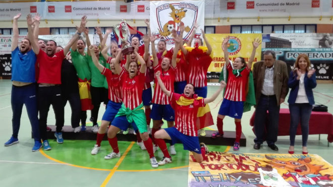 Las jugadoras del Atlético Navalcarnero celebran el título europeo.