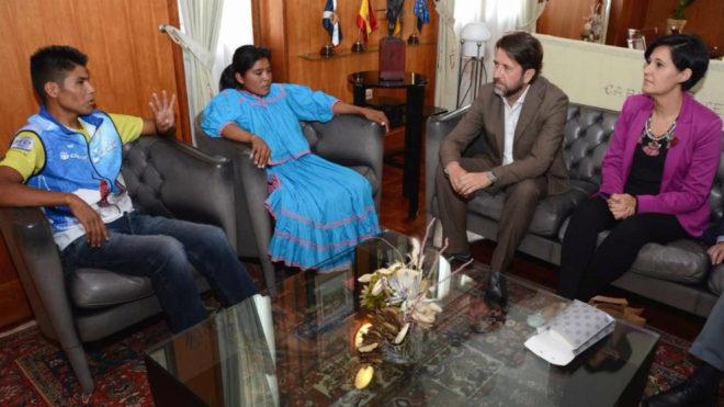 Lorena Ramírez, junto a su hermano, y el presidente del Cabildo de...
