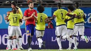 Los jugadores de Colombia celebran uno de los dos goles marcados a...
