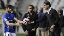Fernando Hierro entrega un bal�n a Erice durante un partido reciente...