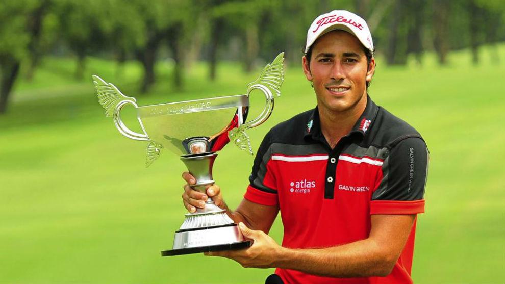 Pigem posa con el trofeo del Yeangder Players Championship, del Asian...