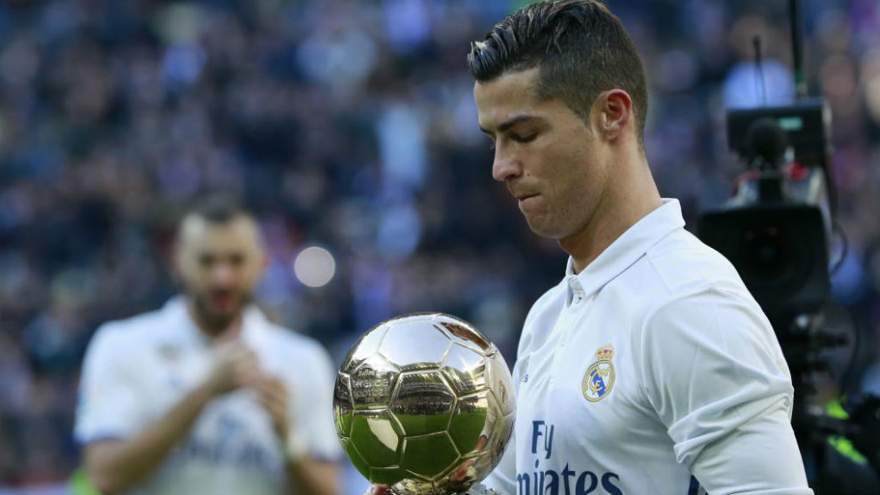 Cristiano enseña su cuarto Balón de Oro al Bernabéu