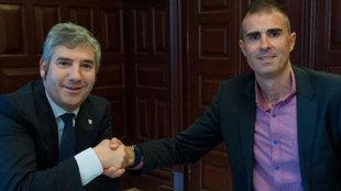 Josu Urrutia y Gaizka Garitano se estrechan la mano en la firma del...
