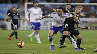 Sergio Gil disputa un balón con Xumetra durante el Zaragoza-Lugo en...