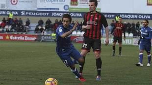 López Garai y Damián Suárez disputan un balón durante el...