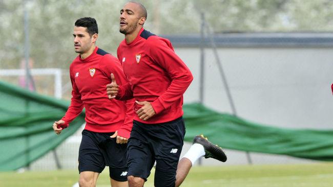 Vitolo y N'Zonzi corren en un entrenamiento en la ciudad deportiva.