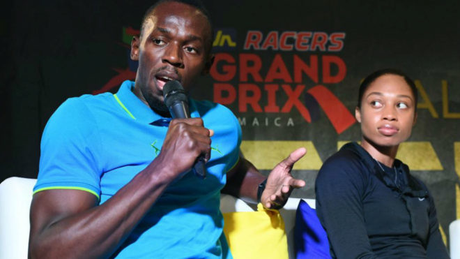 Usain Bolt habla en rueda de prensa acompañado por Allyson Felix.