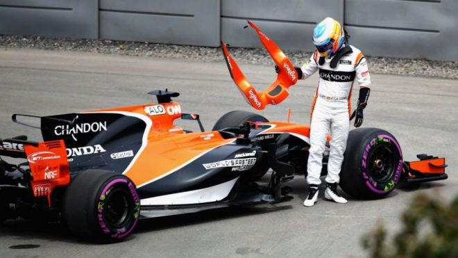 Alonso tira el protector de la cabeza tras detener su coche fuera de...