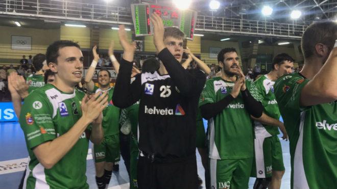 Los jugadores del Anaitasuna celebran la victoria ante el Ademar en la...