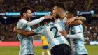 Los jugadores argentinos celebran el gol de Mercado, dorsal 2.