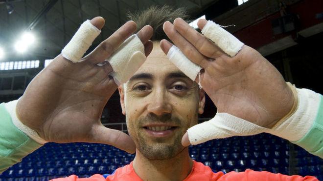 Paco Sedano posa con las protecciones en los dedos.
