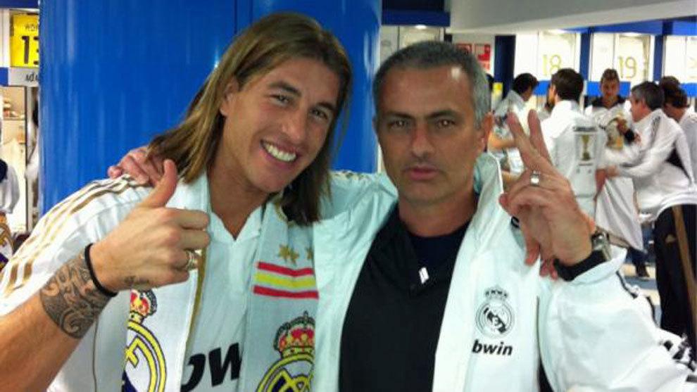 Mourinho y Sergio Ramos celebra la Liga de 2012
