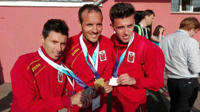 Los tres españoles con sus medallas.