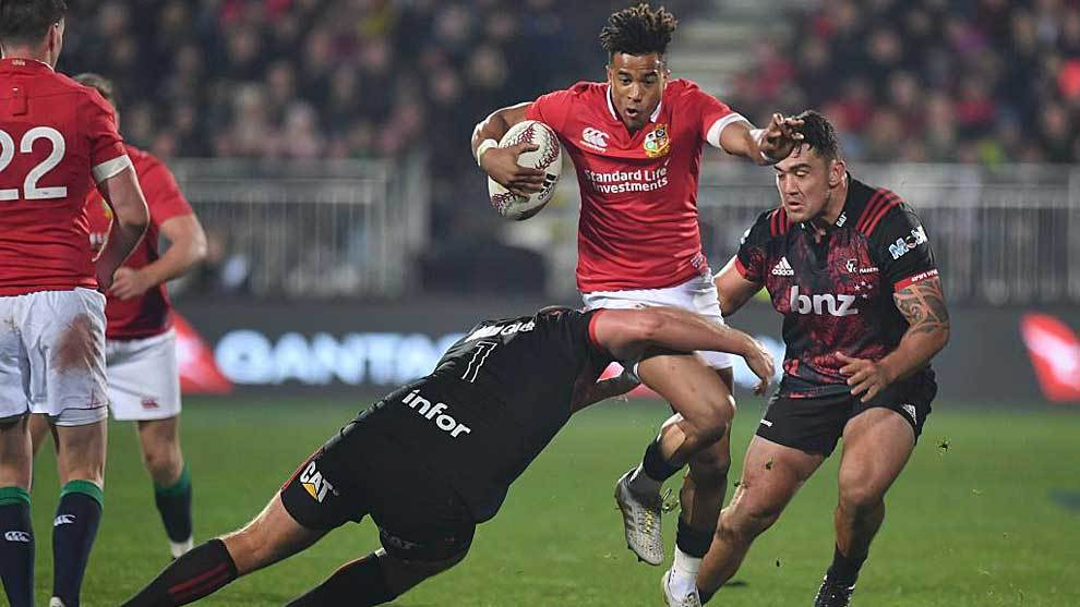 El inglés Anthony Watson es placado entre los 'crusaders' Joe Moody y...