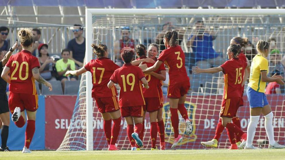 Las jugadoras de la selección española celebran el gol de Vicky...