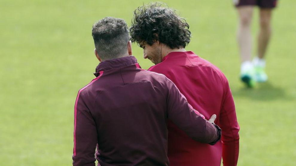 Simeone y Tiago, conversando durante un entrenamiento.