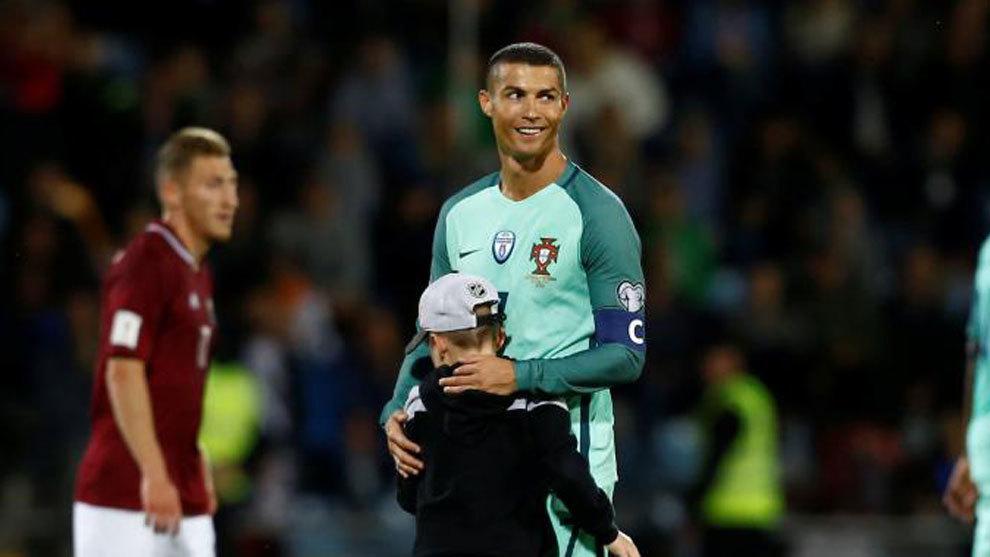 Cristiano abraza a un niño que saltó al césped en el choque de este...