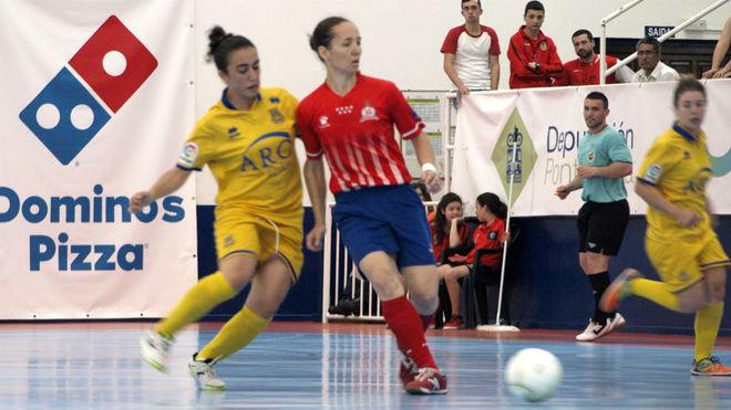 Ju Delgado, jugadora del Atlético Navalcarnero, golpea el balón...
