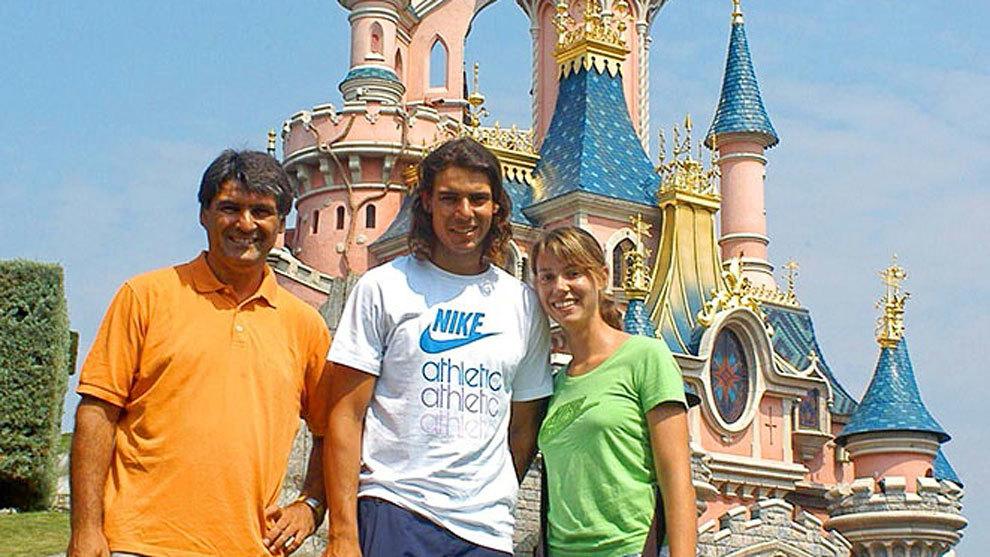 Nadal, junto a su hermana Maribel y su tío Toni, en una de las...