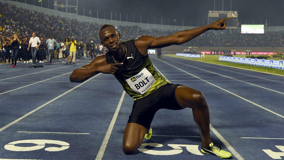 Usain Bolt posa con su gesto característico este sábado en el...