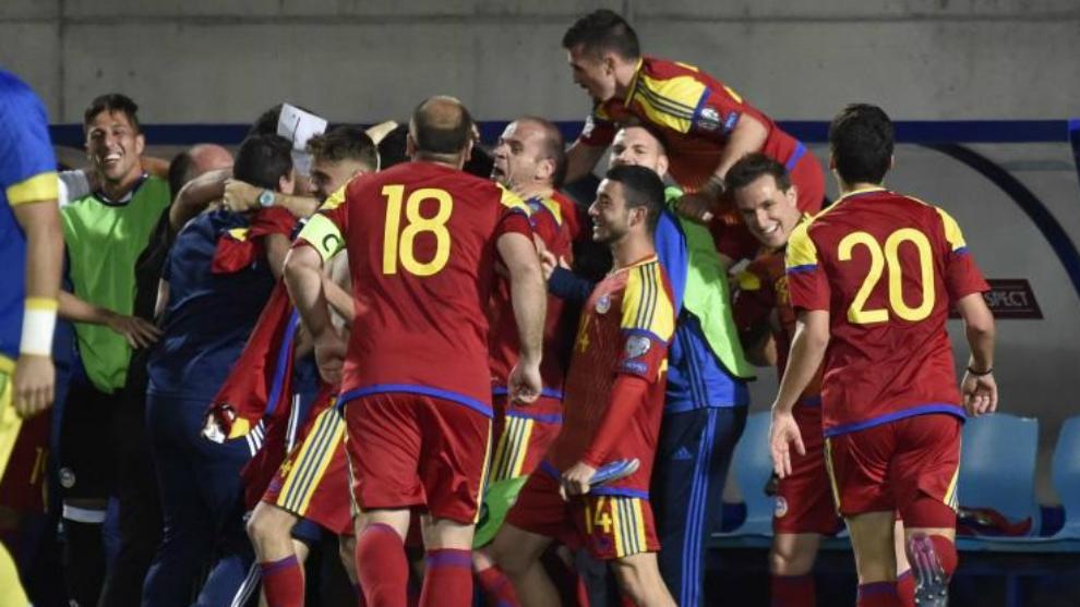 Los futbolistas de Andorra se abrazan tras derrotar a Hungría.